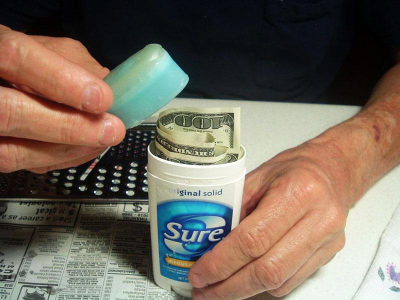 Неплохая идея – спрятать деньги в упаковке от дезодоранта, которым пользуетесь только вы. Вряд ли кому придёт идея там проверять
