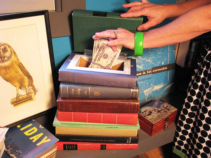 Приём хранения заначки в книге − довольно распространённый, но надёжным его можно считать только в том случае, если у вас есть библиотека, а не три книжки на полке. Совсем не обязательно портить книгу, можно просто положить купюры между страниц