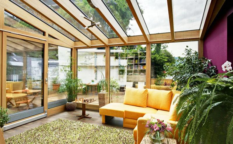 Прекрасно, если у вас есть возможность сделать панорамные окна с выходом на зимний сад или беседку