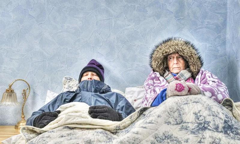 И знаете, даже если вы хорошо натопите к вечеру, на утро в доме очень холодно, вам придётся каждое зимнее утро долго собираться с силами, прежде чем вылезти из-под одеяла