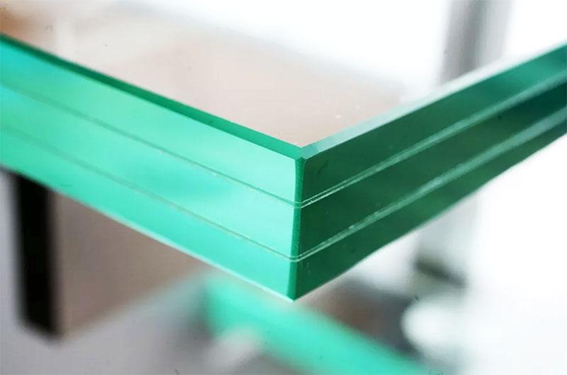 Слои стекла склеены прозрачной плёнкой, которая армирует конструкцию и снижает напряжение при механическом воздействии