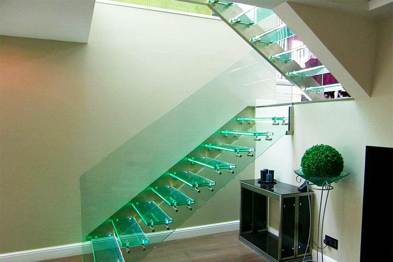Стеклянные полы в качестве перекрытий можно ничем не оформлять – лестницы, лестничные проёмы и даже просто полы в комнатах на втором этаже производят неизгладимое впечатление и ощущение невесомости