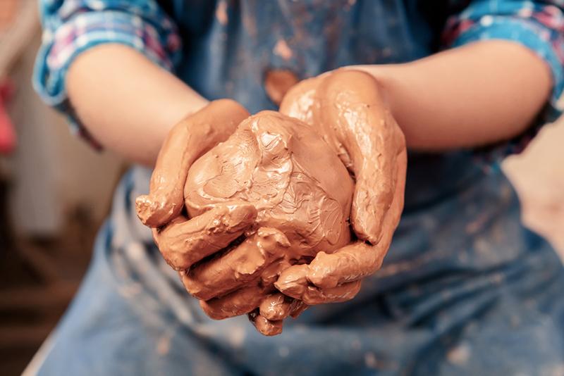 То есть глина не фильтрует воду, как песок, она её останавливает и не даёт проникнуть под фундамент