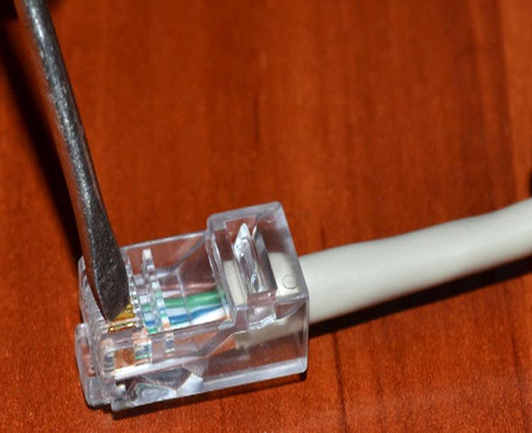Как обжать интернет-кабель с помощью обычной отвёртки