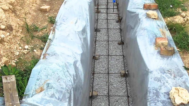 Важно уложить их так, чтобы они работали, а не просто лежали мёртвым грузом под бетонной лентой