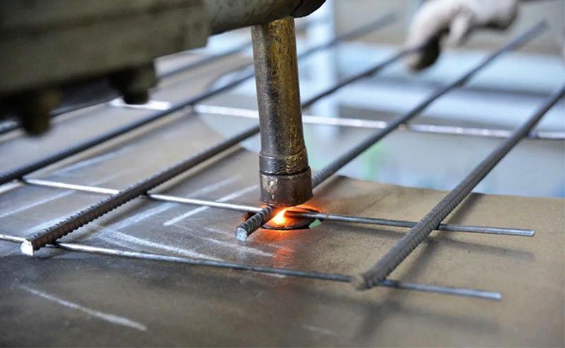 Точечная сварка считается самой быстрой, но качественно выполнить её можно только в заводских условиях