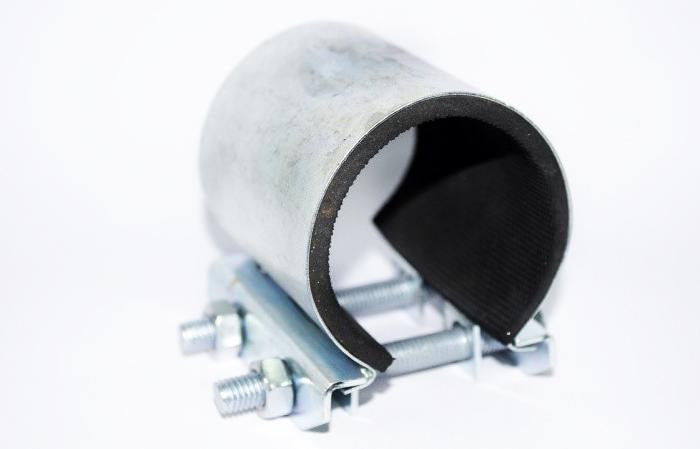 Если нет времени мастерить самодельные хомуты, их можно купить с уже готовыми прорезиненными прокладками, но важно правильно подобрать диаметр