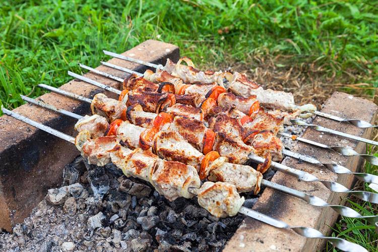 Бдительный сосед может испортить вам и вечеринку с шашлыками, если увидит через щель забора, что вы мясо жарите без мангала