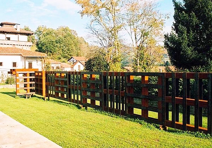 Если взять поддоны в один ряд, получится невысокая ограда, обозначающая границы вашего участка