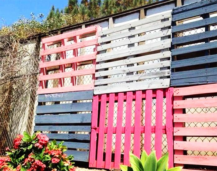 А поддоны в два ряда – это уже полноценный забор, который защитит вас от непрошеных гостей. Если его ещё и покрасить – будет симпатично
