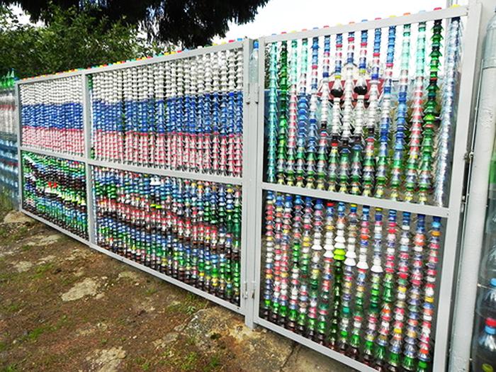 А вот автор этой ограды наверняка основные части бутылок пустил на верёвки с помощью бутылкореза, а горлышки приспособил таким образом