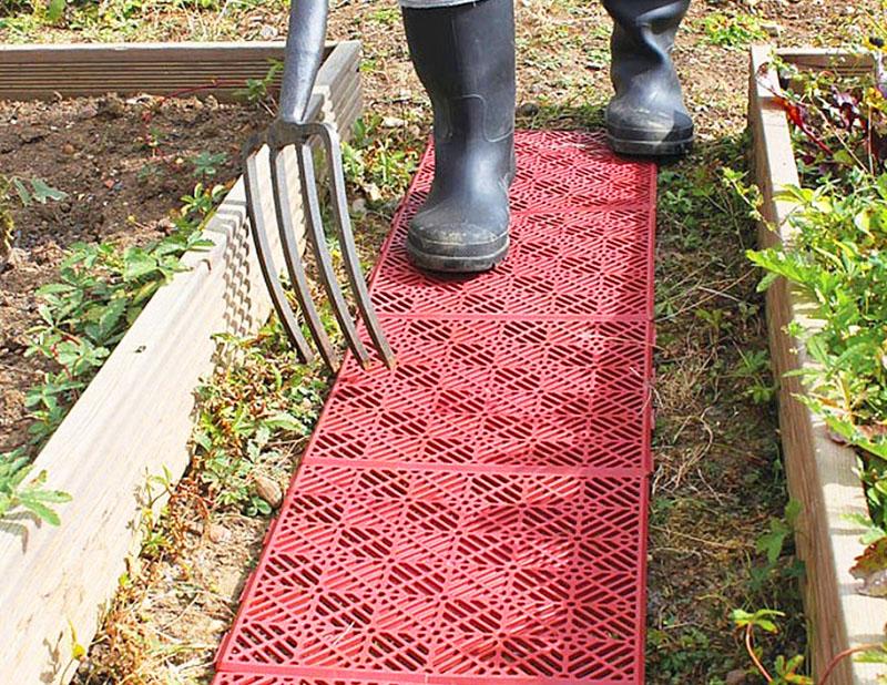 На такой дорожке ноги не будут проваливаться в грязь – удобно и практично