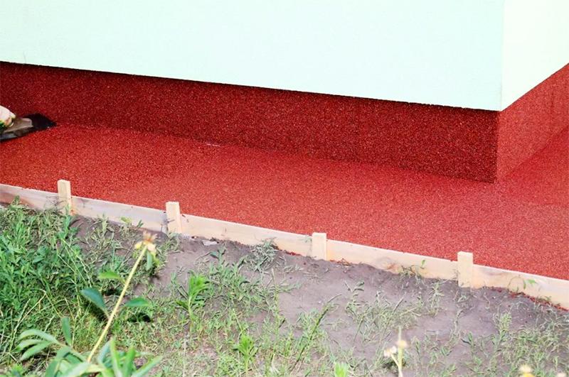 Резиновое покрытие не пропускает воду, отличается хорошей износостойкостью. При применении натуральных пигментов крошка не выгорает на солнце