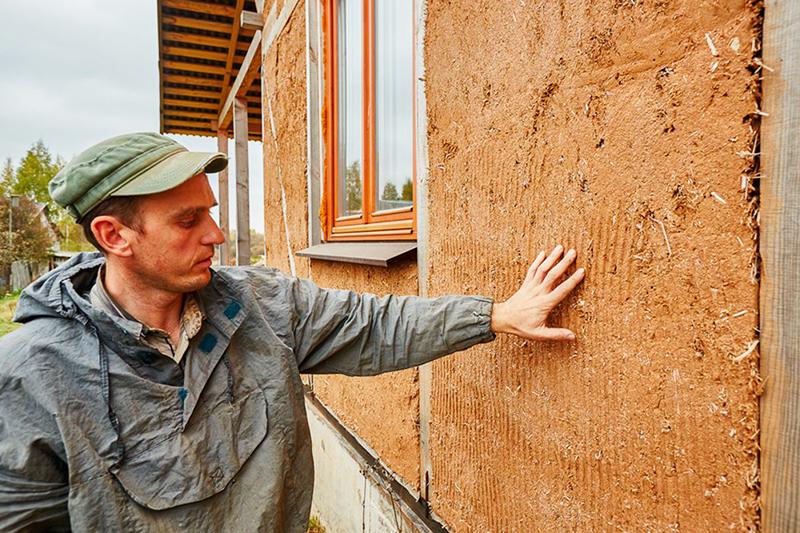 Можно и просто оштукатурить стены смесью из глины и опилок или цемента и опилок