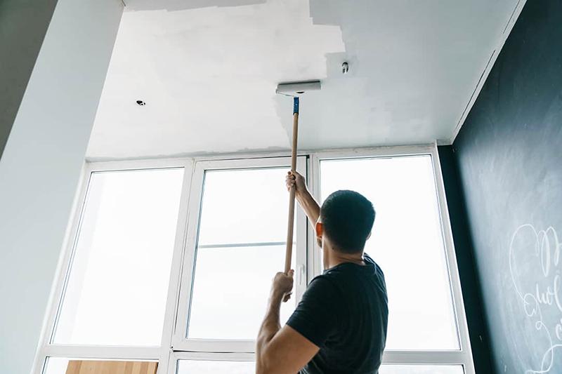 Как просто удалить побелку с потолка