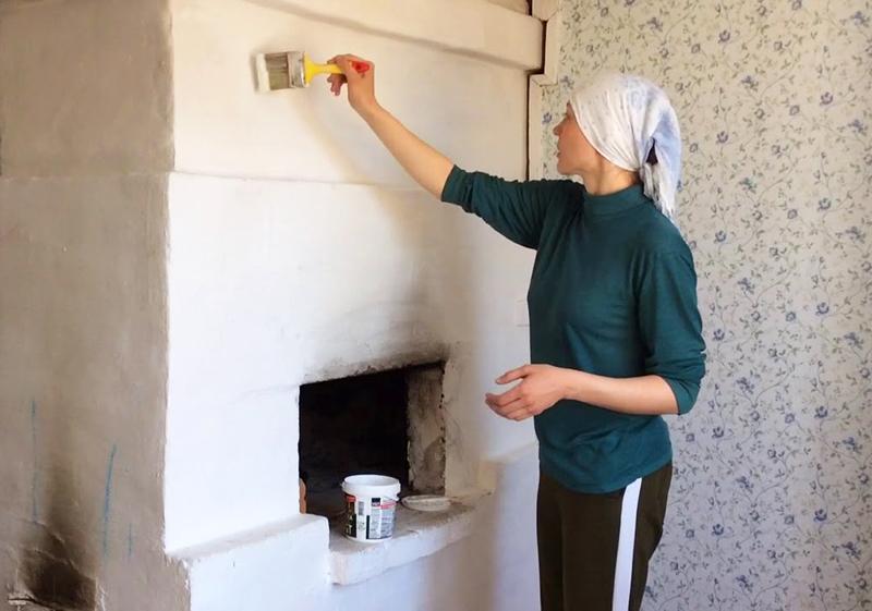 И снова, чтобы краска хорошо легла и надёжно закрепилась, следует протопить печь и красить её только горячей