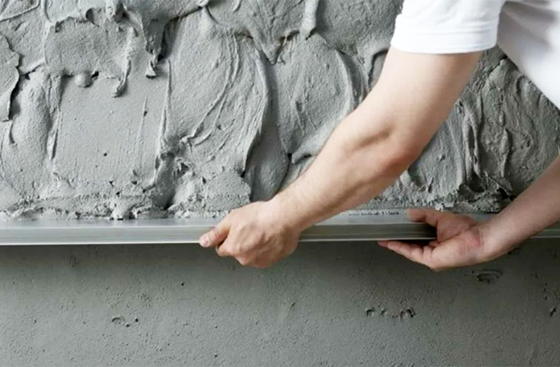 Санирующую штукатурку можно наносить на сырые стены