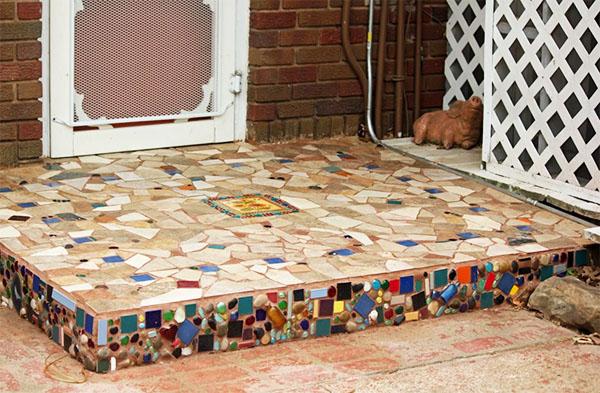 Плюсом к привлекательному виду будет то, что керамическая мозаика укрепляет поверхность, а это очень важно для проходных мест