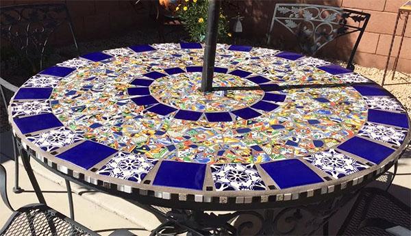 Поверхность стола можно залить эпоксидной смолой – так мозаика будет выглядеть ярче