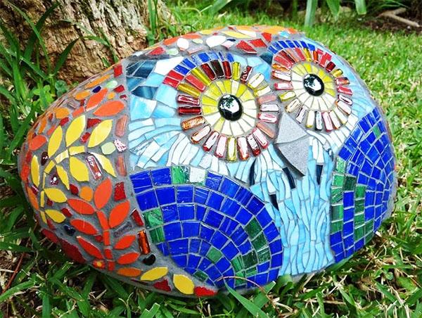 Даже обычный валун, украшенный мозаикой, становится привлекательным арт-объектом
