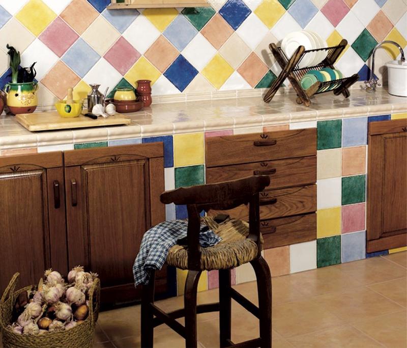 Вариант оформления фартука разноцветной плиткой