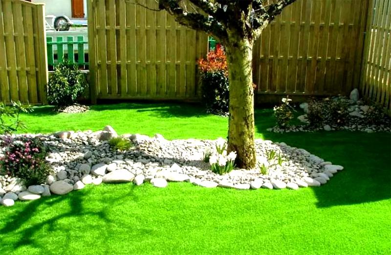 Раскладка может даже не иметь строгой геометрической формы, естественные контуры вполне вписываются в концепцию сада