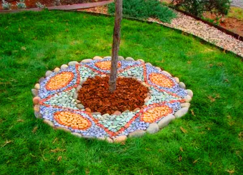 Камни можно подкрасить и выложить каким-то замысловатым орнаментом