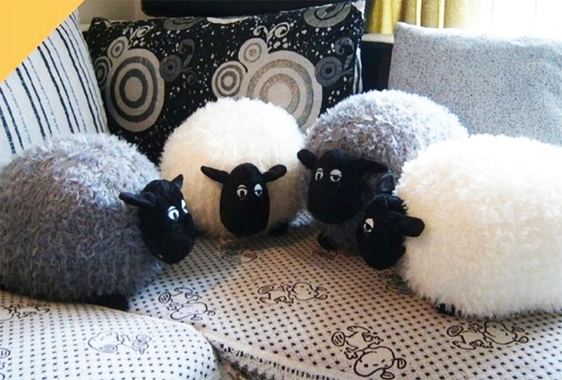 Не страшно, если подушки будут разного размера и между ними даже затеряются несколько мягких игрушек, всё это вполне уместно на диване