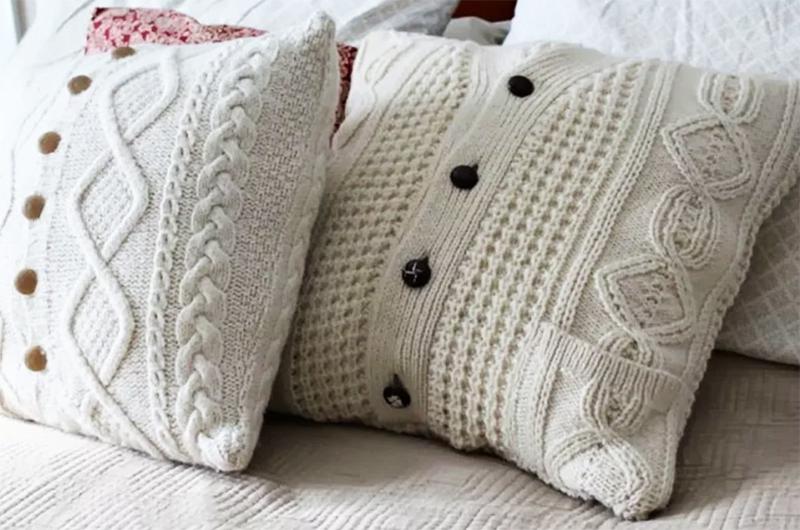 Если ярких подушек нет, их можно быстро соорудить из свитеров – набейте их мягкими вещами и завяжите так, чтобы получилась подушка. Получится оригинально, и никто уже не будет смотреть на потёртую спинку