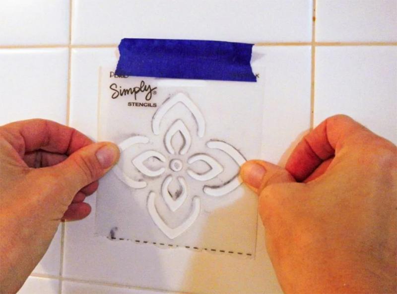 На плитке можно нанести узоры и орнаменты с помощью покупного или изготовленного самостоятельно трафарета