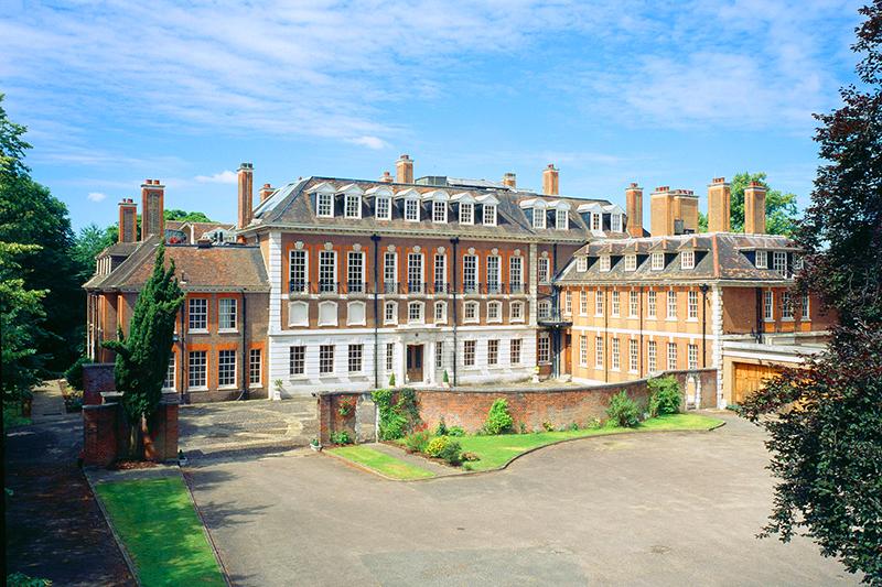 Основное здание дворца имеет Г-образную форму