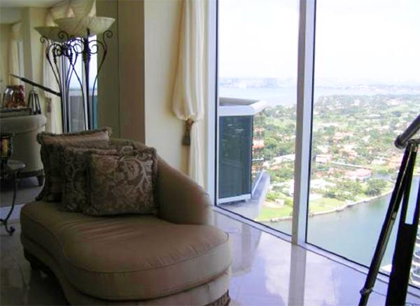 Наблюдать за невероятным побережьем можно сидя на удобной софе возле панорамного окна
