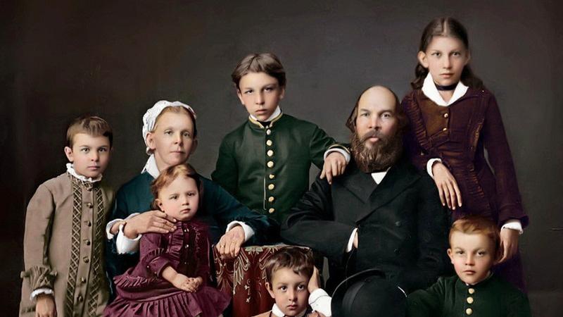 На фотографии запечатлена вся семья вождя революции