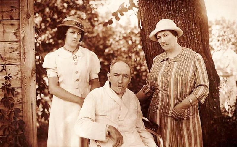 Дмитрий Ильич с законнорождённой дочерью и супругой
