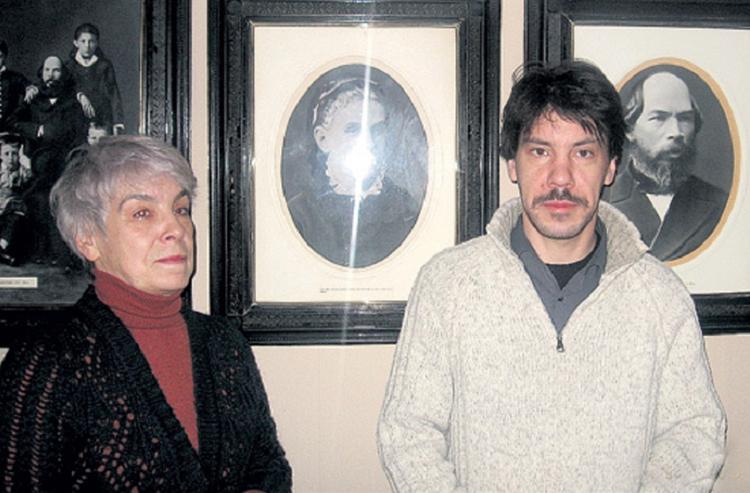 Мария Викторовна с сыном запечатлены на фоне портретов знаменитых предков, и фамильное сходство видно невооружённым взглядом