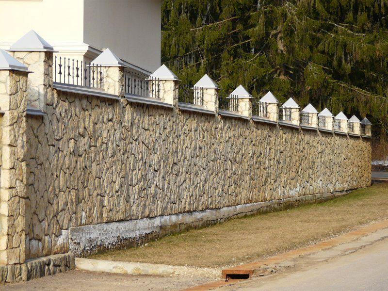 Глухой забор из камня
