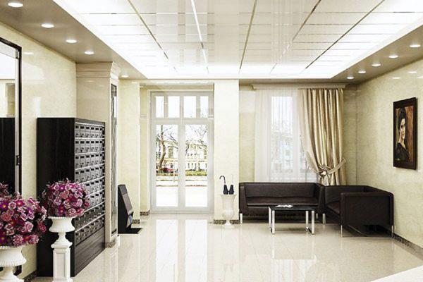 В жилом комплексе «Махаон» отлично обустроена лаунж-зона и холл. Заходя внутрь, жители дома попадают в благоустроенную «парадную» с роскошным классическим интерьером, современными почтовыми ящиками и удобной зоной ожидания для гостей