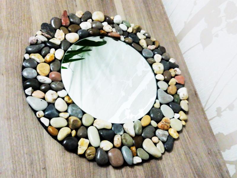 Единственное, что нужно сделать, – клеить камни не на зеркальное полотно, а на раму из фанеры