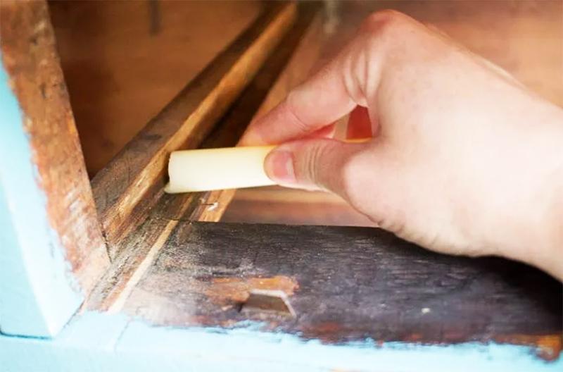 Для дополнительной защиты от скрипа смажьте все соприкасающиеся детали каркаса парафином или воском. Чем толще будет смазка – тем лучше