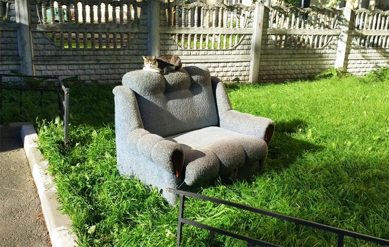 Внешне на фото диванчик может выглядеть шикарно, но запах от него будет сбивать с ног. Исправить это практически невозможно, поэтому вы только напрасно потратите деньги