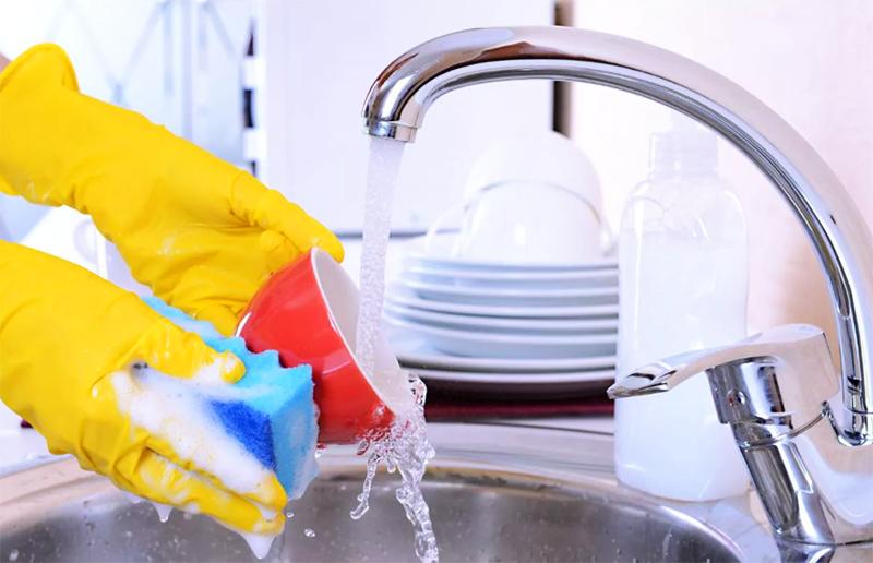 Если загрязнение небольшое, после замачивания будет достаточно просто поставить тарелки под струю воды для полоскания