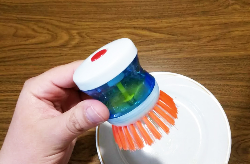 А ещё лучше – купите губки и ёршики с ёмкостью для моющего средства. Так вам не придётся без конца опрокидывать флакон с мылом, и это значительно сэкономит время