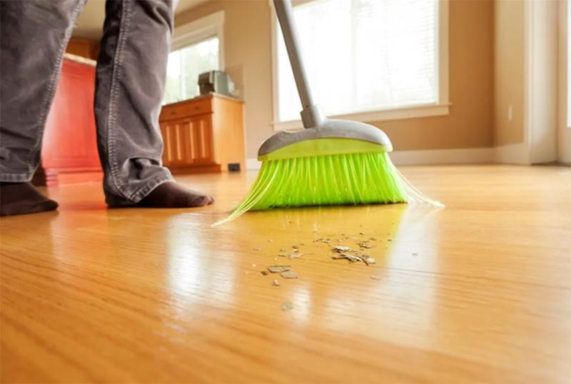 Оберегайте полы из ламината от всех видов абразивов: песка, наждачной бумаги, рассыпанной соли или пищевой соды. Все эти абразивы оставляют на полу царапины, попадая под обувь
