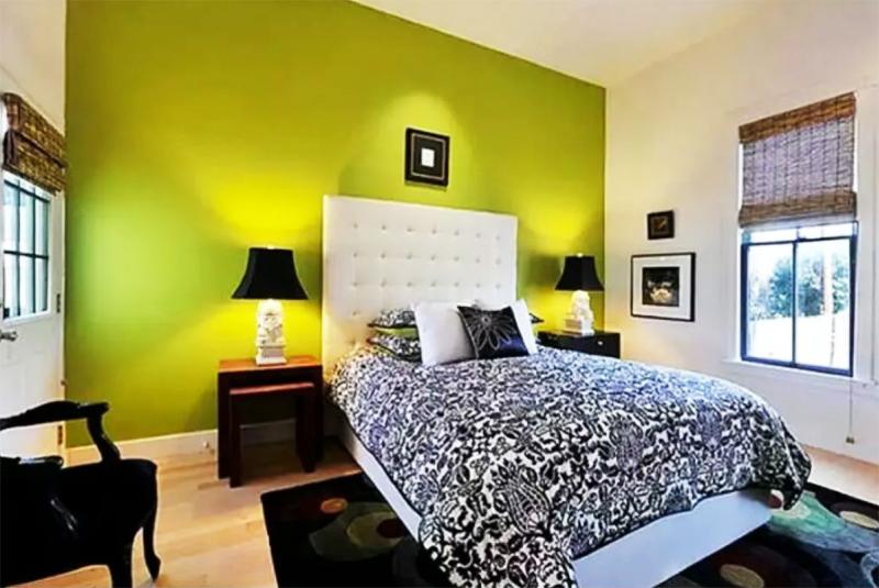 Изменить цвет акцентной стены можно в любой момент, так что использование краски – ещё и самый экономичный вариант. Если душа запросит перемен – они обойдутся вам всего лишь в стоимость банки краски