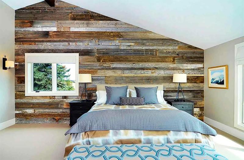 Стена из натурального дерева станет необычайно привлекательной, если использовать морилку и лак