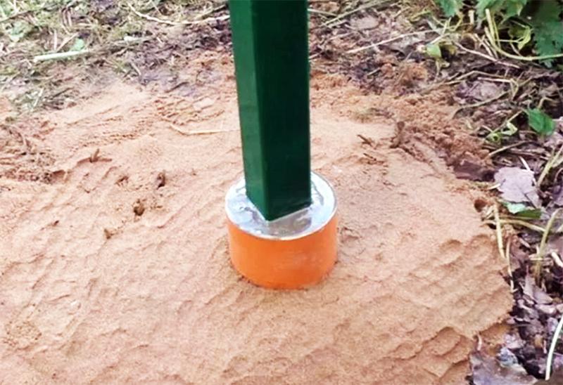 Причём защита должна быть не только до уровня грунта, а выше как минимум на 30 см, чтобы металл не соприкасался с тающими сугробами