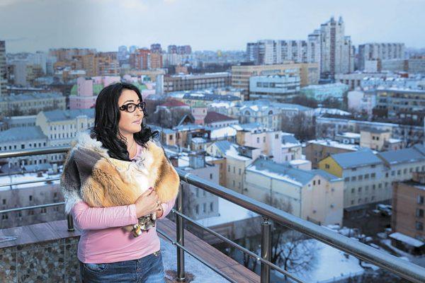 Большая квадратура – не единственное достоинство квартиры на Басманном переулке. Лолита не смогла устоять перед шикарным видом из окна на старый город