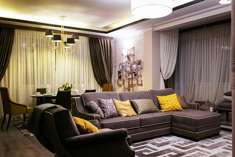 Гостиная оформлена в тёплых тонах, но вместо модного сейчас коричневого преобладает серый цвет