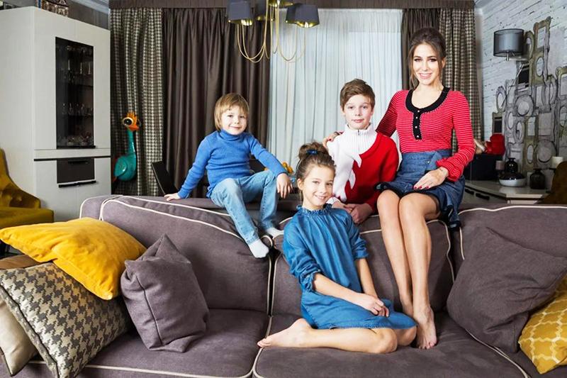 Юлия Барановская любит собираться с детьми в гостиной и проводить тёплые семейные вечера