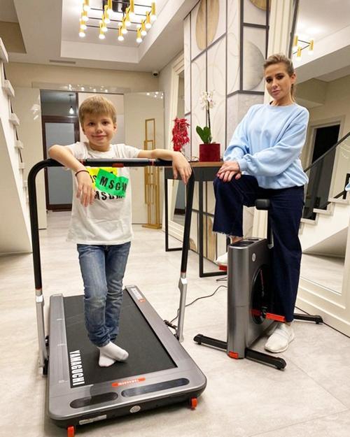 В доме установлена удобная и функциональная беговая дорожка, на которой занимается не только телеведущая, но и её дети